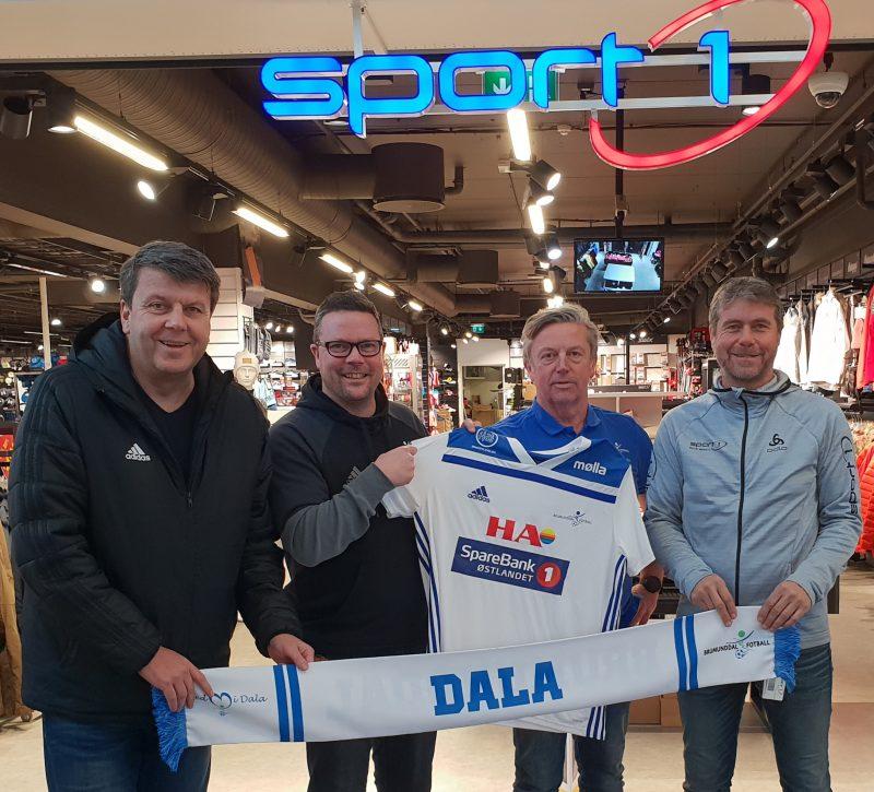 Adidas og Sport 1 Brumunddal og Brumunddal Fotball sammen ut 2023. Fra venstre Jon Erik Martinsen, Adidas - Fred Leo Nysæter, Brumunddal Fotball - Bjørn Nybu, Brumunddal - Toro Svendby, Sport 1 Brumunddal